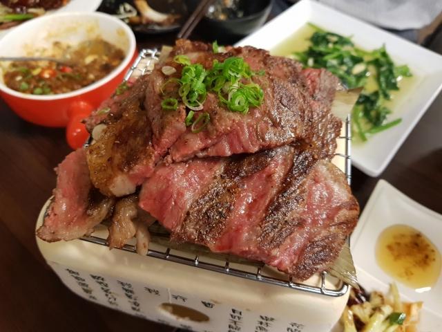 烘牛碳燒大牛排・現炒 餐點